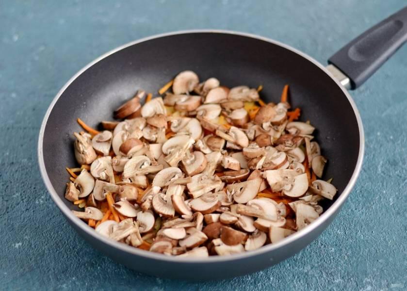 Затем добавьте порезанные шампиньоны, обжаривайте все вместе ещё 3 минуты.
