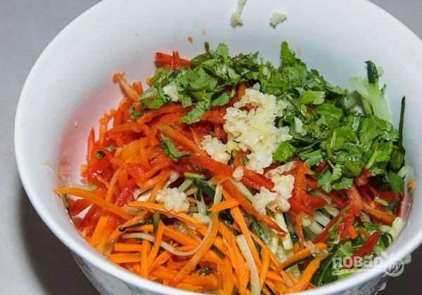 8. Соберите все ингредиенты в глубоком салатнике. Добавьте пропущенный через пресс чеснок, соевый соус и заправку.