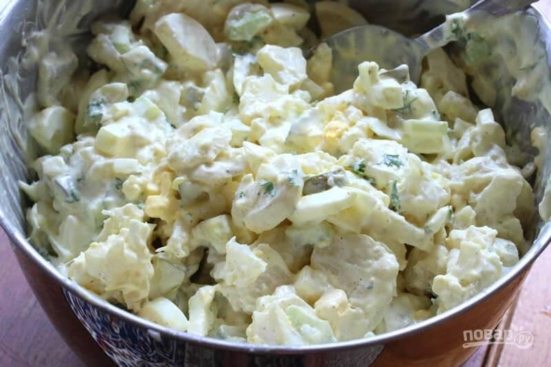 Отправьте картошку и яйца в салат, влейте заправку и все хорошенько перемешайте.