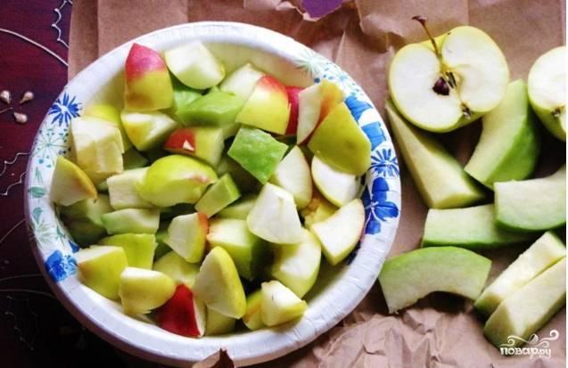 1. Все предельно просто - моем и режем яблоки, фейхоа и гуаву крупными кубиками. Выкладываем в миску и перемешиваем.