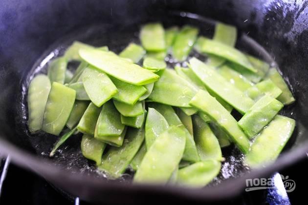 6. Обжарьте горошек в сковороде в растительном масле.
