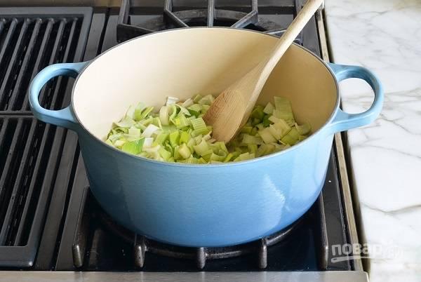 2. В кастрюле разогрейте сливочное масло, выложите лук.
