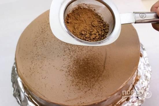 17. Присыпьте просеянным какао и украсьте по вкусу. Оставьте тортик, чтобы он хорошо пропитался.