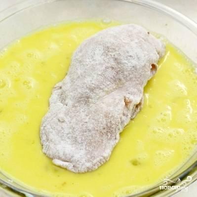 6. Еще в одной миске взбейте венчиком или вилкой яйца с горчицей. После того, как обваляете грудку в муке, обмакните ее в яично-горчичной смеси.