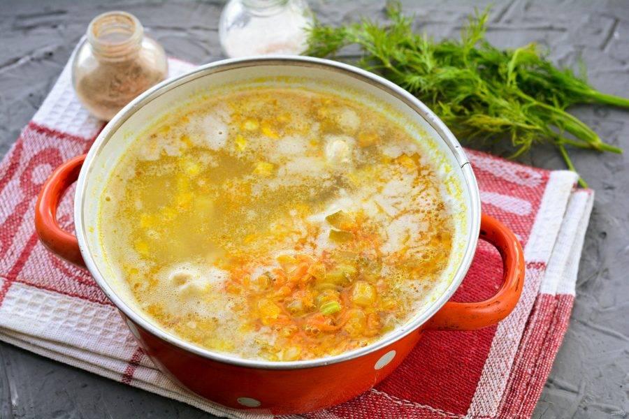 Когда картофель и пшено будут готовы, всыпьте в суп зажарку с овощами и огурцами. Варите рассольник еще 5 минут, и выключите огонь. Дайте супу настояться под крышкой 10 минут.