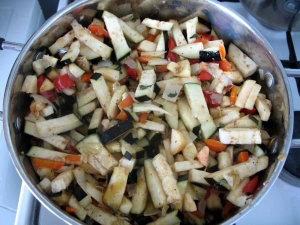 Выкладываем в кастрюлю с баклажанами яблоки и обжаренные овощи, добавляем немного воды (чуть меньше стакана), солим овощи и посыпаем специями по вкусу. Ставим кастрюлю на медленный огонь и тушим все в течение 30 минут.