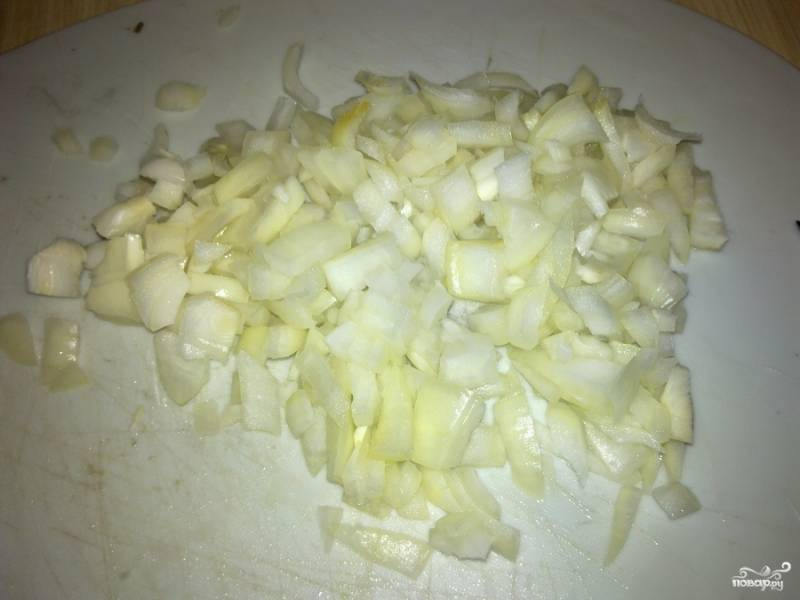 2.Лук очищаем и промываем. После чего нарезаем мелкими кубиками. Добавляем лук к мясу.