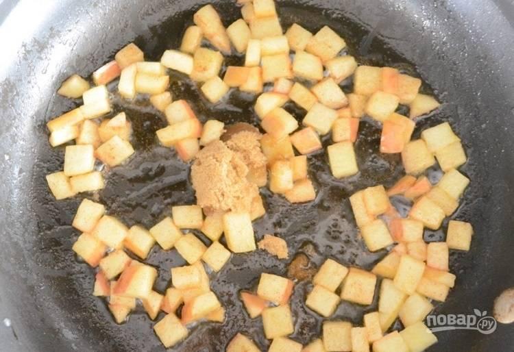 2.Добавьте сахар, 1 чайную ложку корицы, ванильный экстракт. Обжаривайте еще 3-5 минут, чтобы яблочки стали мягкие.