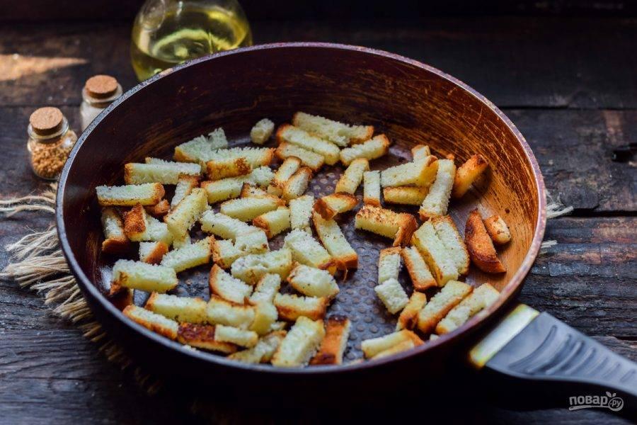Прогрейте хорошо сковороду, переложите кусочки пшеничного батона. Сбрызните все маслом.