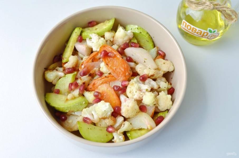В салат положите зерна граната, заправку, перемешайте. Подайте к столу. Приятного!