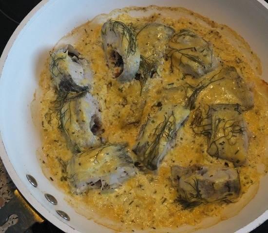 6. Уже через 20-25 минут блюдо будет готово и его можно подавать к столу. Вот и весь рецепт приготовления минтая в сметане в духовке.
