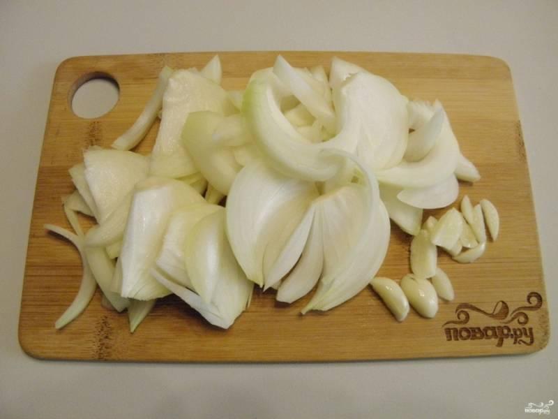 Очищенный лук и чеснок порежьте не слишком тонко, например — полукольцами и дольками соответственно.