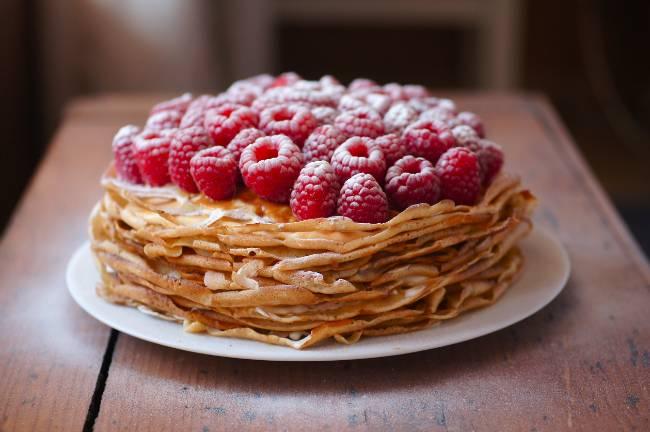 """3. Прижимать и ставить этот торт под пресс не надо - вся сгущенка вытечет. Верхний слой промажем тонким слоем сгущенки, и """"приклеим"""" к нему ягодки малины. Пусть постоит час в холодильнике. Готово!"""