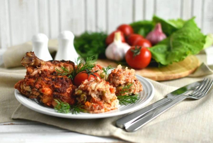 Подавайте курицу с гарниром, украсив зеленью и дополнив свежими овощами. Приятного аппетита!