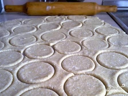 Раскатываем тесто в пласт толщиной не более 1 см. И вырезаем стаканом или фигурными формочками коржики.