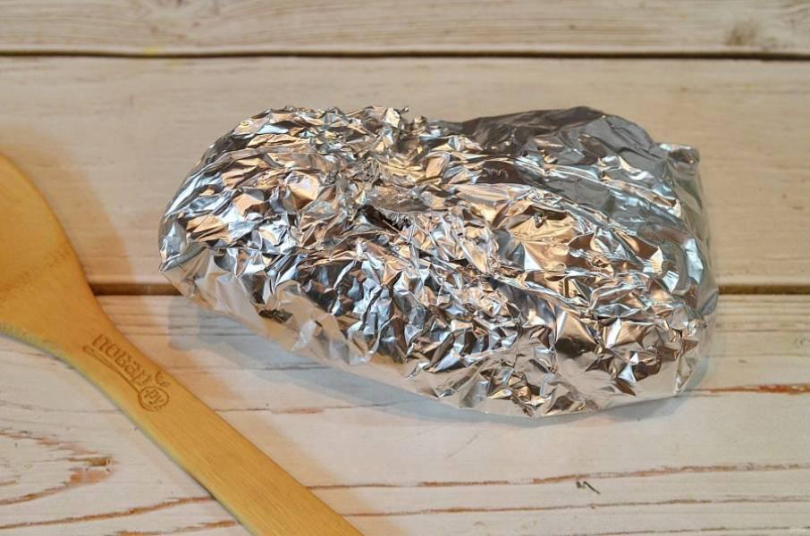 8. Заверните фольгу и запекайте в разогретой до 180 градусов духовке 1 ч. 20 минут.