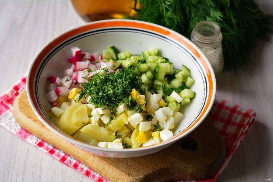 Добавьте соль и мелко нарезанный укроп.