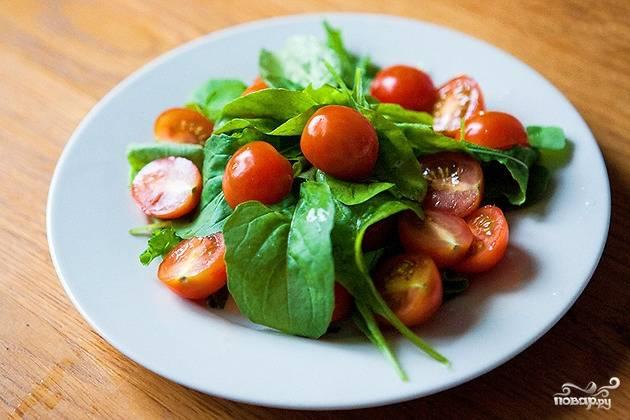Рукколу и помидорки моем и высушиваем от влаги. Томаты режем на половинки. Основа из зелени и овощей готова.