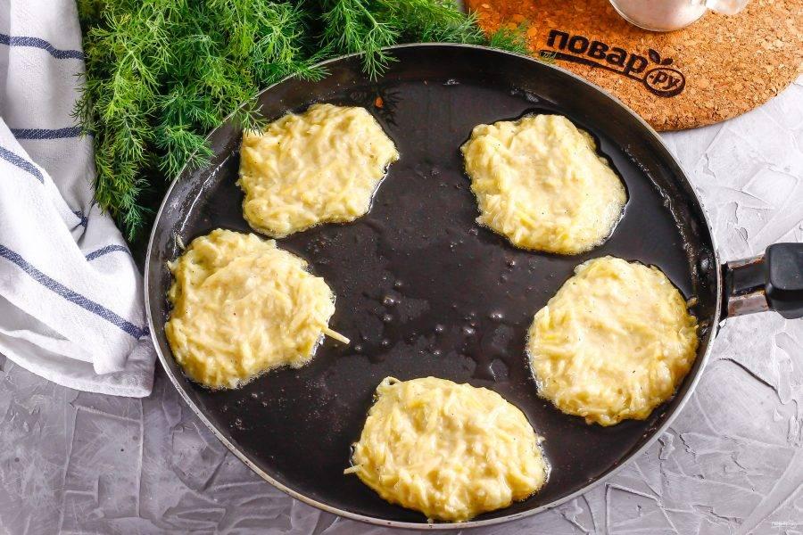 Растопите в сковороде 1 ст.л. смальца и выложите в него той же столовой ложкой порции теста. Обжарьте на умеренном нагреве до румяности примерно 2 минуты.