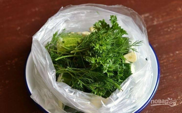 Затем вымойте и обсушите зелень. Вы можете брать любую, которая есть у вас под рукой. Лучше всего подойдет укроп, петрушка, базилик или кинза. Выложите зелень в пакет.