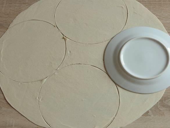 4. Чтобы кутабы были аккуратные и одинаковой формы, можно вырезать их с помощью небольшого блюдечка.