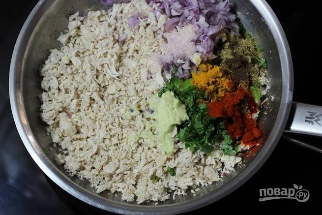 Теперь курицу нужно измельчить ножом или блендером. Добавьте к мясу все порезанные овощи, зелень приправы, имбирь с чесноком, пюре из отварного картофеля, пюре из горошка.