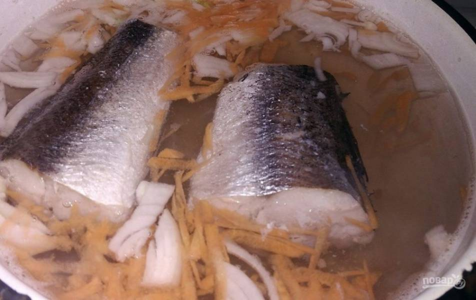 3. Когда рыба закипит, добавьте нарезанные лук и морковь и варите до готовности рыбы.