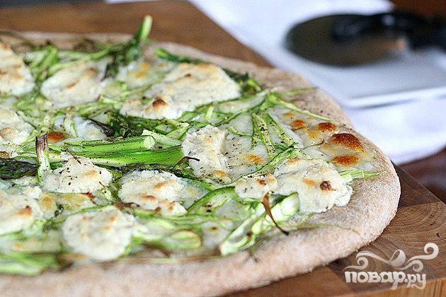 6. Выпекать пиццу в предварительно разогретой духовке в течение 15-20 минут, до корочки золотистого цвета, пока сыр не расплавится. Дать пицце остыть в течение 2-3 минут. Нарезать на кусочки и сразу подавать.