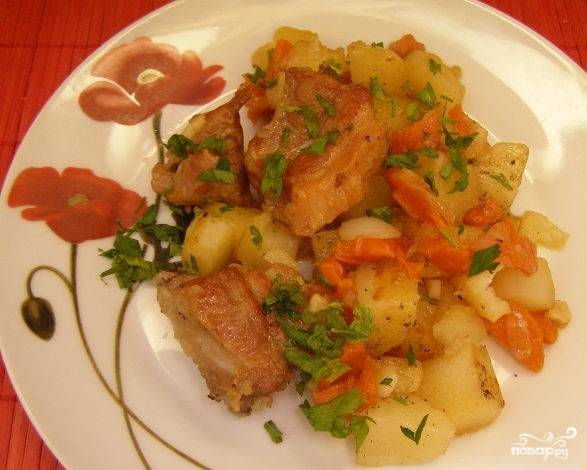 7. Помойте и очистите картофель. Нарежьте средними кубиками. Выложите его к свинине и овощам, поперчите. Тушите следующие 20 минут, накрыв крышкой. Очистите чеснок и мелко нарежьте каждый зубок. Положите чеснок в казан. Тушите 10 минут. Измельчите зелень. Когда блюдо будет готово, подайте его порционно и посыпьте зеленью.