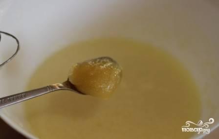 Добавим мед и хорошо взобьем венчиком.