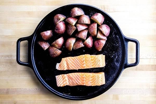 4. Вымойте рыбу, обсушите. Уберите брокколи с формы (накройте фольгой, чтобы сохранить тепло) и выложите рыбу. Снова отправьте в духовку. Запекайте еще минут 15 до готовности.