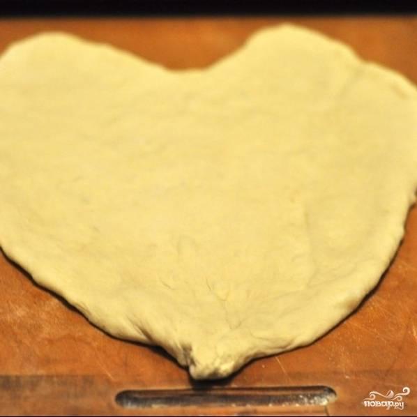 Аккуратно придаем тесту форму сердечка, лишнее тесто срезаем ножом.