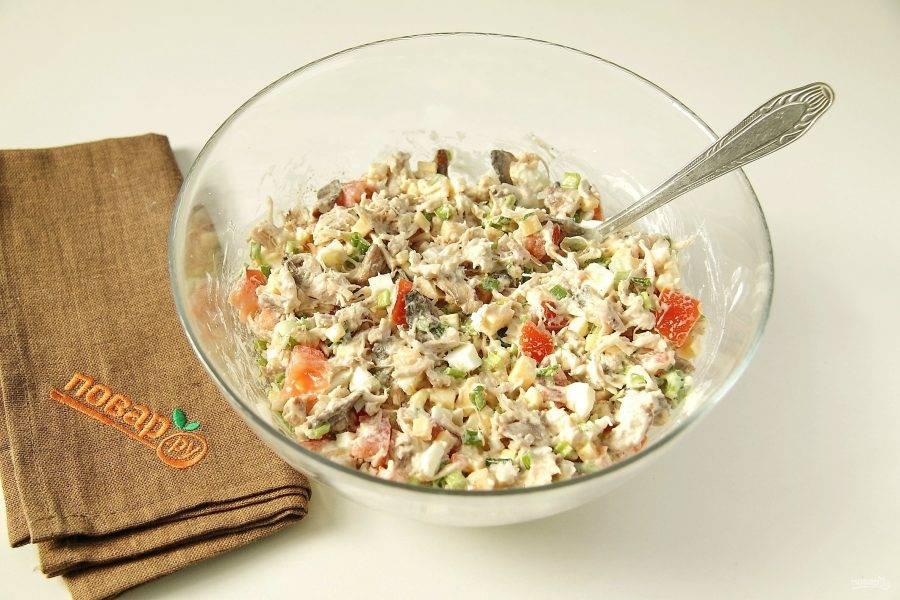 """Заправьте салат майонезом, добавьте по вкусу соль, перец и хорошо все перемешайте. Салат """"Жозефина"""" готов."""