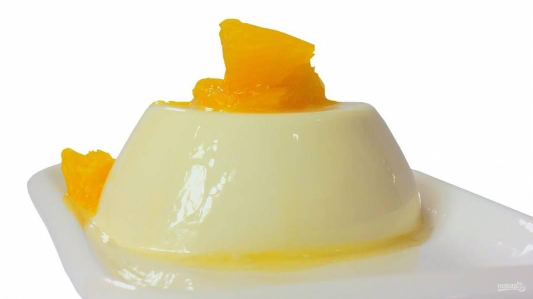 4. Перед подачей окуните форму с десертом в горячую воду на несколько секунд. Подавайте десерт, украсив его дольками апельсина и апельсиновым соком. Приятного аппетита!
