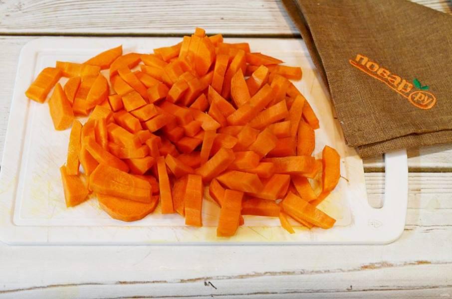 5. Морковь почистите и нарежьте брусочками.