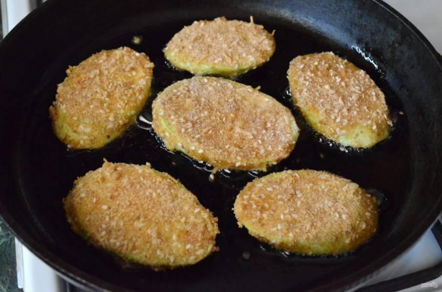 Выкладывайте отбивные из кабачков в разогретое масло и жарьте до золотистой корочки на среднем огне.