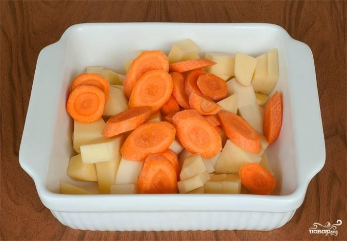 В это же время нарезаем морковь и картофель. Нарезаем так, как больше нравится. И отправляем в бульон, доводим до кипения. В этот момент перебираем рыбу и возвращаем в кастрюлю мясо. Добавляем лавровый лист, солим, перчим.