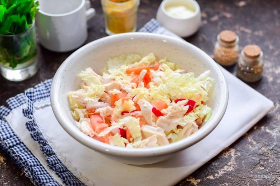 Заправьте салат маслом и лимонным соком, добавьте соль и перец.
