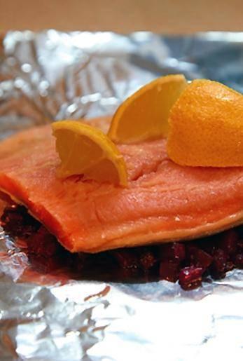 На свеклу выкладываем кусок рыбы, на рыбу - ломтик лимона.
