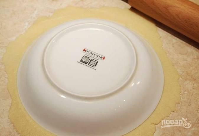 4. Каждый кусочек тонко раскатайте и вырежьте по форме тарелки, например. Не забывайте использовать обрезки!