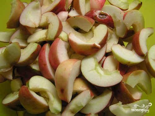 В кастрюлю наливаем воду и ставим на печку кипятиться. В это время яблоки нарезаем дольками, удаляя сердцевины и плодоножки.