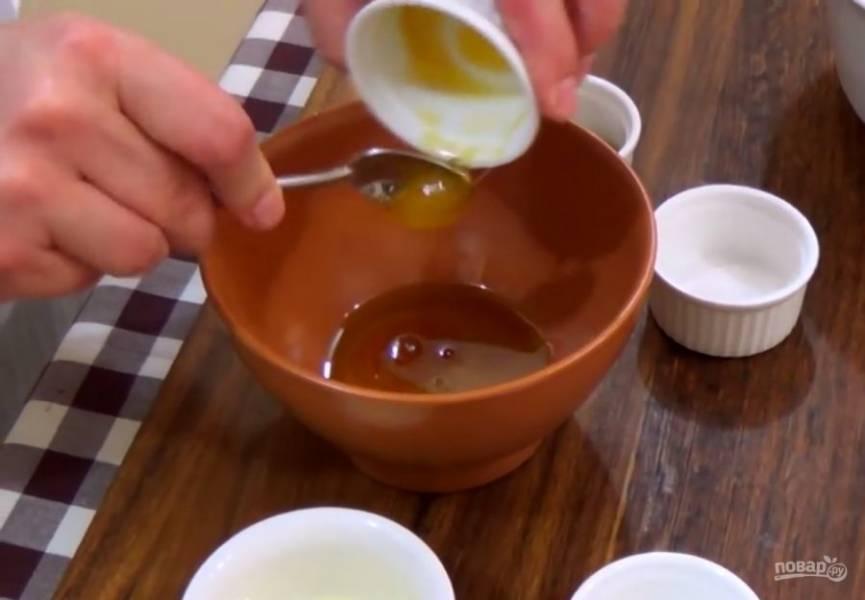 2. Приготовьте заправку: растительное масло смешайте с уксусом, медом, зерновой горчицей, солью и чесноком. Хорошо размешайте и заправьте салат.