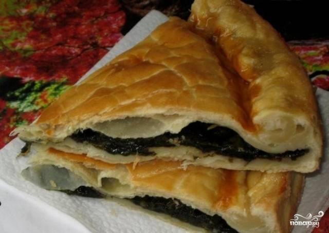 Пирог со щавелем из слоеного теста
