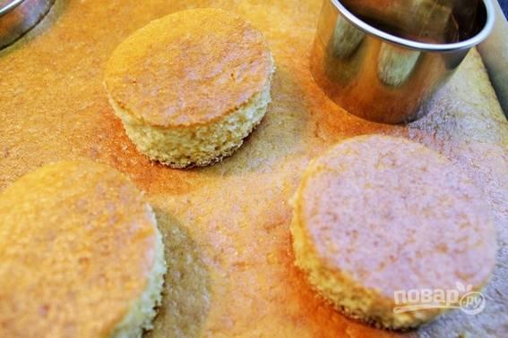 3. Готовый бисквит остудите. С помощью выемок или стакана вырежьте кружочки.