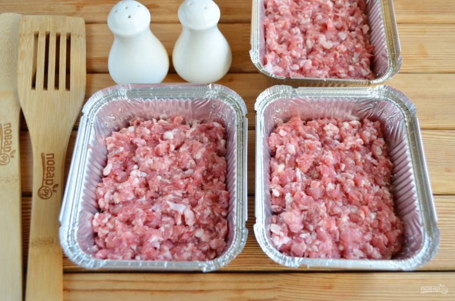 Каждую формочку смажьте растительным маслом. Фарш перемешайте с солью и молотым перцем. Разложите по формочкам. Смажьте щедро майонезом или сметаной.
