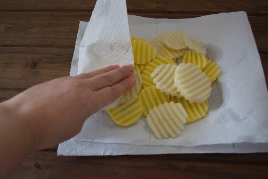 Слейте воду с картофеля. Промокните картофель салфеткой, чтоб удалить всю влагу.