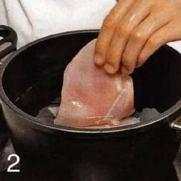 Приготовить начинку. В кастрюле довести до кипения подсоленную воду, положить куриное филе и варить 20 мин. Переложить на тарелку, остудить, затем порезать небольшими кусочками. Бульон сохранить.