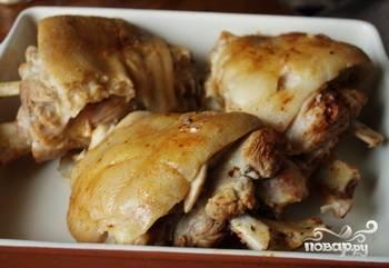 Выложите ножки в форму для запекания, которую лучше заранее смазать растительным маслом. Натрите их паприкой и смесью меда с соевым соусом. Посыпьте рульки сушеным имберем. Запекайте до полной готовности около получаса при температуре 180 градусов.