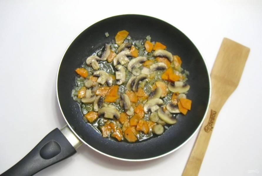 Тушите грибы с овощами еще 5-6 минут.