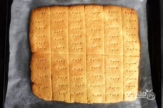 Разогрейте духовку до 120°C. Выпекайте печенье в течение 1 часа до бледно-золотистого цвета. Не темно-коричневого! Немного остудите и разрежьте по намеченным линиям.